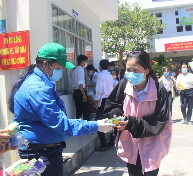 Các tình nguyện viên tặng nước, sữa cho thí sinh