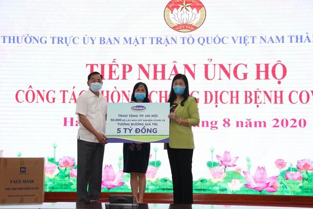 Bà Nguyễn Lan Hương, Chủ tịch Ủy ban MTTQ Việt Nam thành phố Hà Nội tiếp nhận ủng hộ.