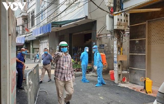 Hà Nội xử phạt hàng loạt trường hợp không đeo khẩu trang khi ra đường - Ảnh 9