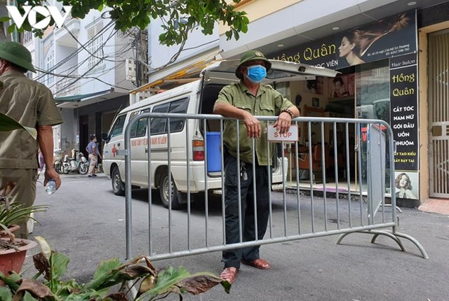 Hà Nội xử phạt hàng loạt trường hợp không đeo khẩu trang khi ra đường - Ảnh 8