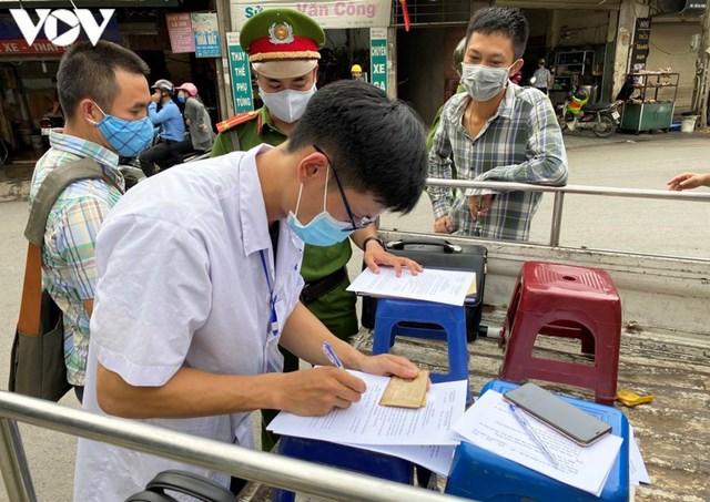 Hà Nội xử phạt hàng loạt trường hợp không đeo khẩu trang khi ra đường - Ảnh 4