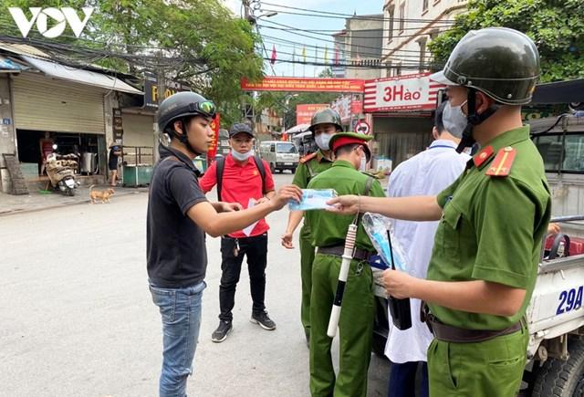 Hà Nội xử phạt hàng loạt trường hợp không đeo khẩu trang khi ra đường - Ảnh 7