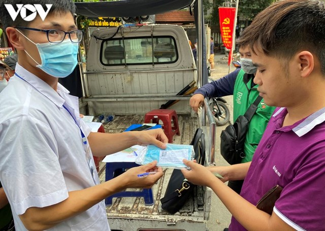Hà Nội xử phạt hàng loạt trường hợp không đeo khẩu trang khi ra đường - Ảnh 6