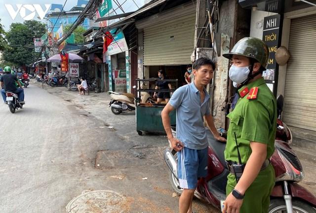Hà Nội xử phạt hàng loạt trường hợp không đeo khẩu trang khi ra đường - Ảnh 2