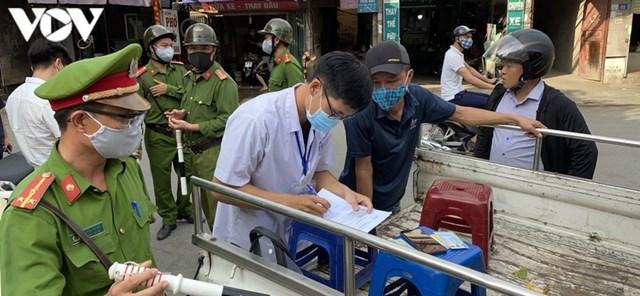 Hà Nội xử phạt hàng loạt trường hợp không đeo khẩu trang khi ra đường - Ảnh 3
