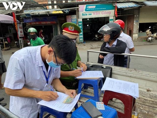 Hà Nội xử phạt hàng loạt trường hợp không đeo khẩu trang khi ra đường - Ảnh 5