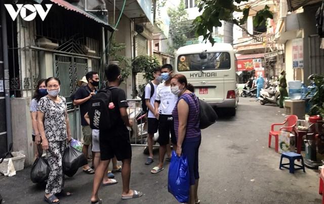 Hà Nội xử phạt hàng loạt trường hợp không đeo khẩu trang khi ra đường - Ảnh 10