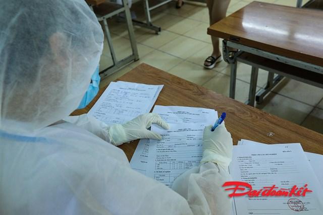 Khai báo y tế là phần rất quan trọng trong công tác truy vết người tiếp xúc với bệnh nhân Covid-19. Ảnh: Phạm Quang Vinh.