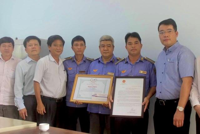 Anh Trần Văn Năm cùng tổ trực nhận bằng khen của Bộ GTVT.