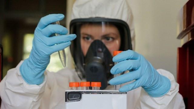 Nhà khoa học làm việc tại phòng thí nghiệm ở Moscow, Nga. (Ảnh: Reuters)