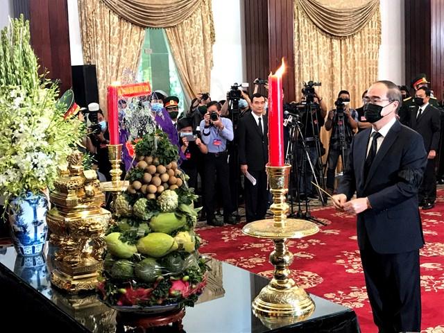 Ủy viên Bộ Chính trị, Bí thư Thành ủy TP HCM Nguyễn Thiện Nhân viếng nguyên Tổng Bí thư Lê Khả Phiêu.
