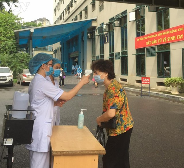 Mỗi người dân khi bước vào khuôn viên bệnh viện sẽ được yêu cầu đo thân nhiệt, đeo khẩu trang và sát khuẩn tay phòng Covid-19.