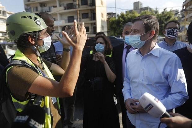 Thứ trưởng Ngoại giao Mỹ David Hale thăm hiện trường vụ nổ ở Beirut. (Ảnh: AP).