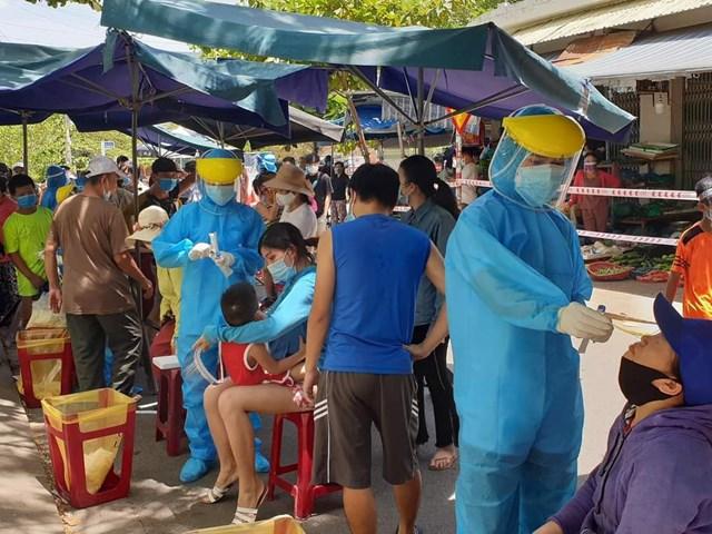 Ngành y tế lấy mẫu xét nghiệm cho các tiểu thương và người dân đi chợ Nại Hiên Đông(quận Sơn Trà, TP Đà Nẵng). Nguồn: Dân trí.