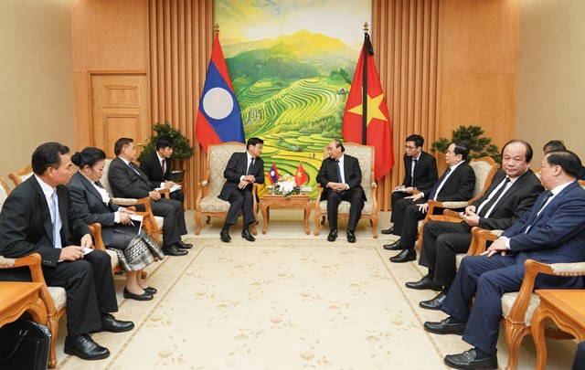 Thủ tướng Nguyễn Xuân Phúc tiếp Thủ tướng Lào Thongloun Sisoulith. Ảnh: VGP.