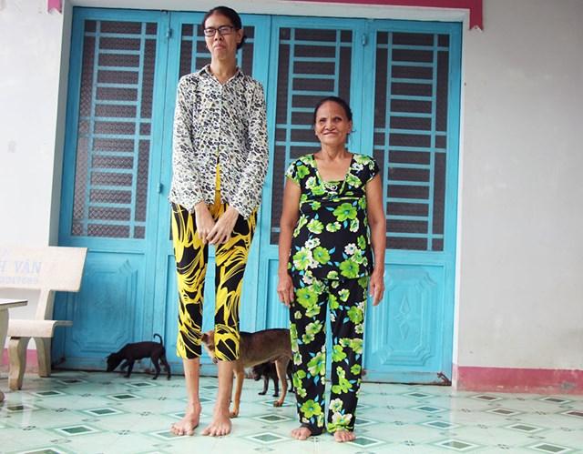 Bà Nga và con gái cao 2m.