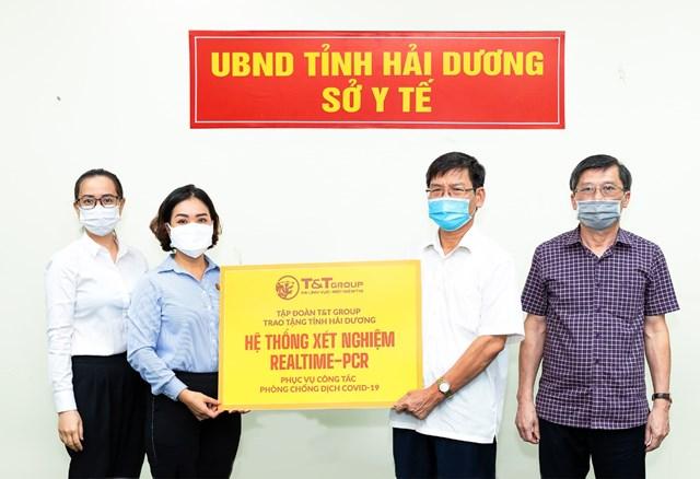 Đại diện Tập đoàn T&T Group (bên trái) trao tặng hệ thống máy xét nghiệm Realtime – PCR cho đại diện Sở Y tế Hải Dương (bên phải).