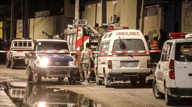 Lực lượng an ninh phong tỏa hiện trường vụ tấn công của các tay súng khủng bố nhằm vào khách sạn Elite ở Mogadishu, Somalia, ngày 16/8/2020. Ảnh: Reuters/TTXVN.