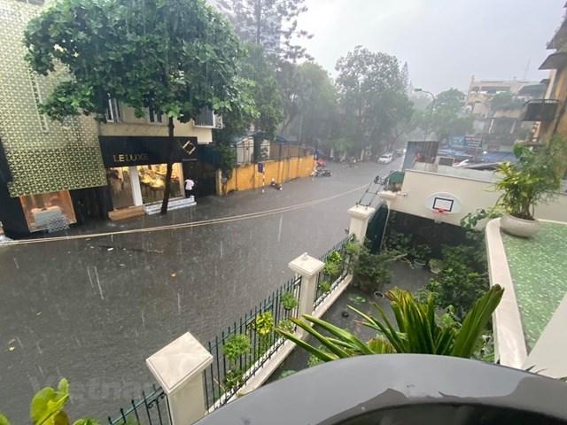 Trận mưa như trút nước hôm qua 17/8 khiến phố Nguyễn Gia Thiều cùng nhiều tuyến phố Hà Nội bị ngập nặng. (Ảnh: Vietnam+).