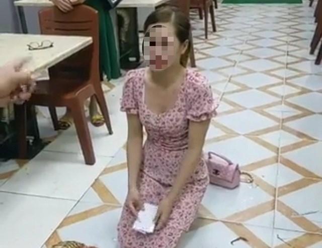 Hình ảnh được cho là cô gái trẻ quỳ tại quán Nhắng nướng Hiền Thiện.