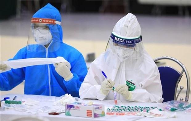Nhân viên y tế của quận Cầu Giấy, Hà Nội đánh số và tên tuổi các mẫu xét nghiệm PCR của người dân từ Đà Nẵng trở về. Ảnh: TTXVN.