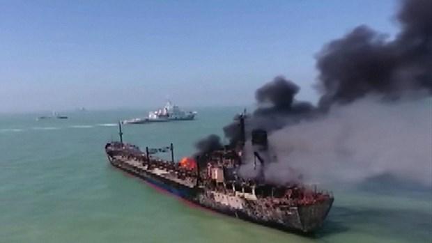 Chiếc tàu chở xăng bị bốc cháy dữ dội sau vụ va chạm với tàu hàng. (Nguồn: CCTV).
