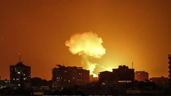Khói lửa bốc lên sau cuộc không kích do Israel tiến hành nhằm vào các mục tiêu của Hamas tại Dải Gaza tối 18/8/2020. Ảnh: AFP/TTXVN.