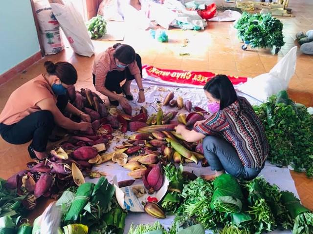 Nhiều loại rau xanh được bà con mang đến ủng hộ cho người dân TP Đà Nẵng.