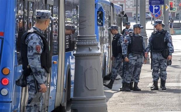 Lực lượng đặc nhiệm Nga gác tại bến xe buýt ở trung tâm thủ đô Moskva, Nga. Ảnh: AFP/TTXVN.