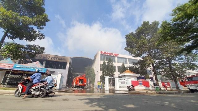 [ẢNH] Hiện trường vụ cháy kho hàng gia dụng rộng hơn 7.000 m2 - Ảnh 1