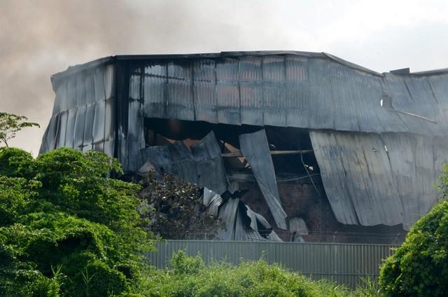 [ẢNH] Hiện trường vụ cháy kho hàng gia dụng rộng hơn 7.000 m2 - Ảnh 7