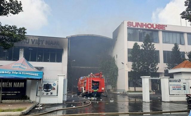 Hiện trường kho hàng Sunhouse Miền Nam bị cháy.