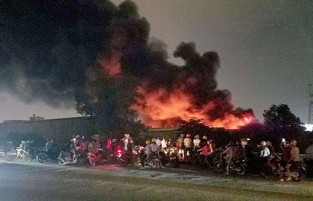 [ẢNH] Hiện trường vụ cháy kho hàng gia dụng rộng hơn 7.000 m2 - Ảnh 5
