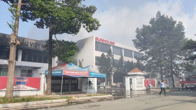 [ẢNH] Hiện trường vụ cháy kho hàng gia dụng rộng hơn 7.000 m2 - Ảnh 3