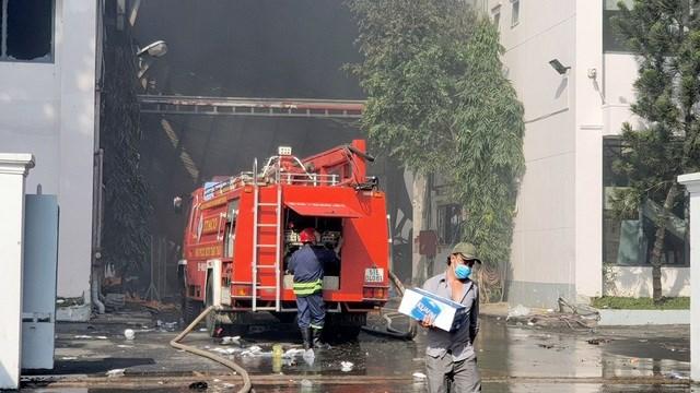[ẢNH] Hiện trường vụ cháy kho hàng gia dụng rộng hơn 7.000 m2 - Ảnh 4