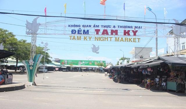 Một góc chợ Vườn Lài vắng bóng người đi chợ.