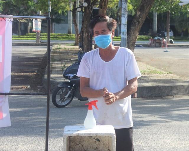 Người dân đi chợ Vườn Lài tự giác rửa tay sát khuẩn.