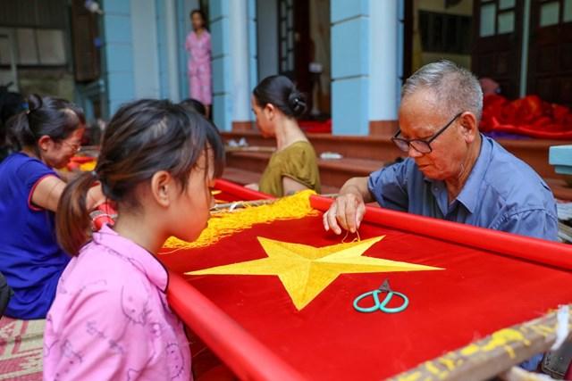 Gia đình ba thế hệ thêu cờ Tổ quốc tất bật trước dịp Quốc khánh 2-9 - Ảnh 10