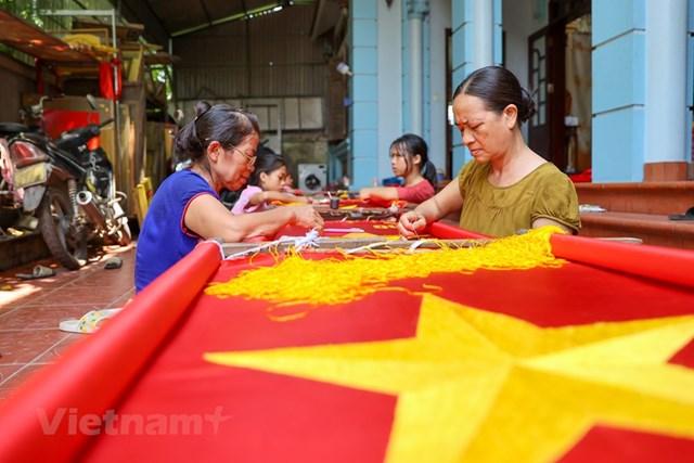 Gia đình ba thế hệ thêu cờ Tổ quốc tất bật trước dịp Quốc khánh 2-9 - Ảnh 5