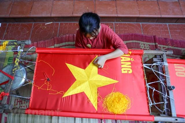 Gia đình ba thế hệ thêu cờ Tổ quốc tất bật trước dịp Quốc khánh 2-9 - Ảnh 7