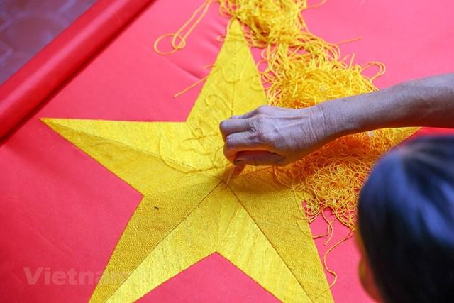 Gia đình ba thế hệ thêu cờ Tổ quốc tất bật trước dịp Quốc khánh 2-9 - Ảnh 9