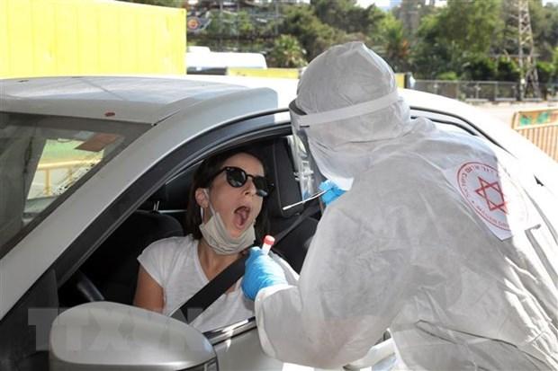 Nhân viên y tế lấy mẫu xét nghiệm Covid-19 cho người dân tại Tel Aviv, Israel. (Ảnh: THX/TTXVN).