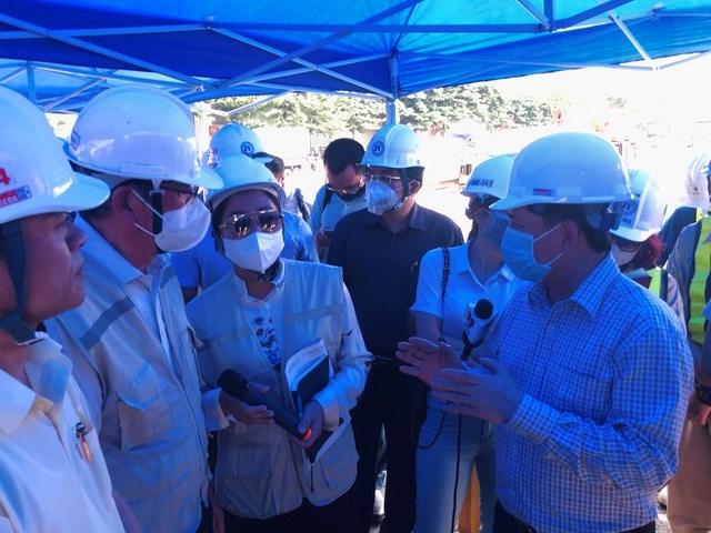Bộ trưởng Nguyễn Văn Thể (phải) yêu cầu tư vấn Nhật Bản dốc toàn lực đảm bảo dự án thông xe đúng theo kế hoạch vào dịp 10/10.