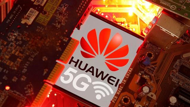 Một chiếc điện thoại thông minh được in logo Huawei và 5G. Ảnh: Reuters.