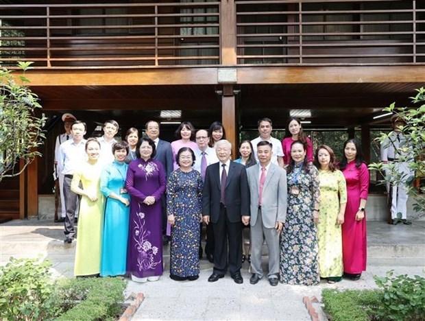 Tổng Bí thư, Chủ tịch nước Nguyễn Phú Trọng chụp ảnh chung với cán bộ, nhân viên Khu Di tích Chủ tịch Hồ Chí Minh tại Phủ Chủ tịch. (Ảnh: Trí Dũng/TTXVN).