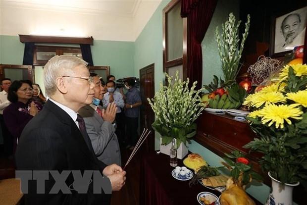Tổng Bí thư, Chủ tịch nước Nguyễn Phú Trọng dâng hương tưởng niệm Chủ tịch Hồ Chí Minh. Ảnh: TTXVN.
