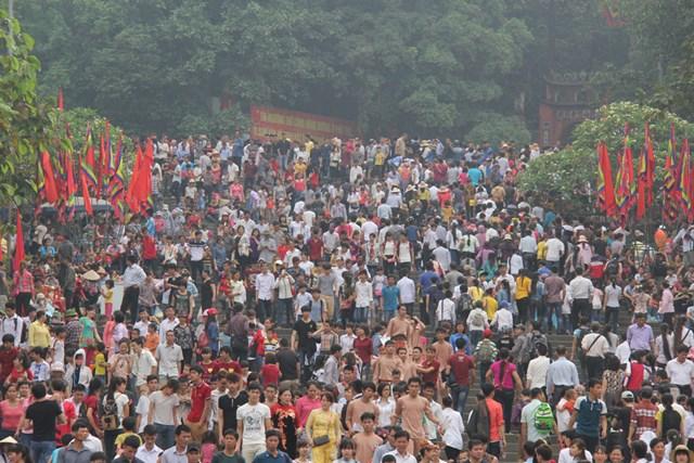 Hàng triệu lượt du khách trong nước và kiều bào Việt Nam từ nước ngoài hành hương về Đất Tổ hằng năm).