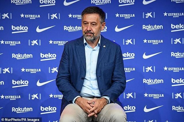 Chủ tịch Barcelona, Joseph Bartomeu nhiều lần bị Messi chỉ trích vì chính sách giảm lương trong đợt Covid-19, cũng như việc Barca không đầu tư trong các phi vụ chuyển nhượng.