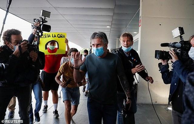 Sự hiện diện của ông Jorge Messi thu hút sự quan tâm của báo giới Tây Ban Nha. Mặc dù vậy, bố Messi không trả lời phỏng vấn báo chí khi ở sân bay Barcelona.