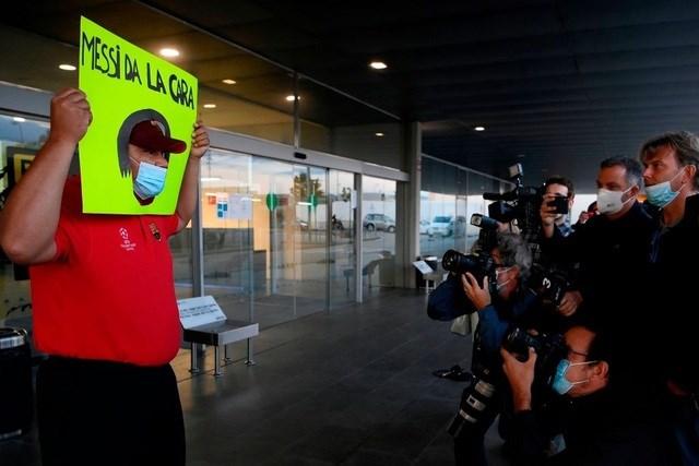 Bố Lionel Messi bị vây kín khi tới Barcelona - Ảnh 1